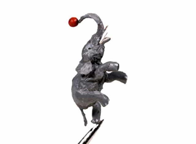 L'elefant equilibrista a la punta d'una agulla. Mides: 4mm. França, Lió.
