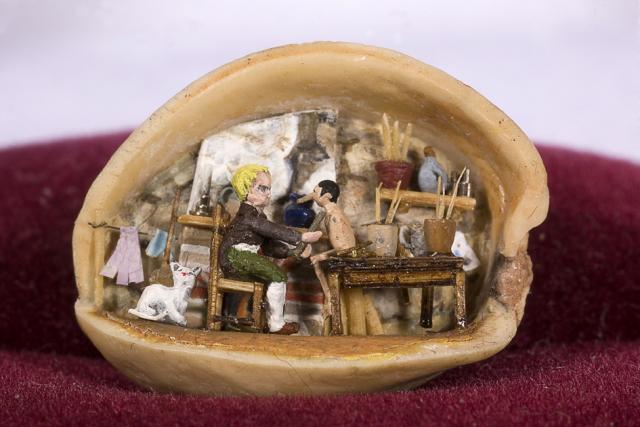 Pinotxo i Gepeto dins la clova d'un festuc. Mides: 1,5x1 cm. França, Lió