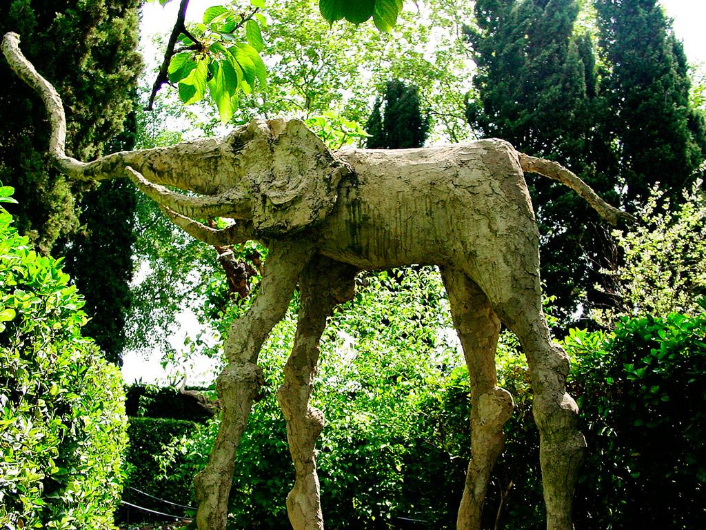 Castillo de Pubol escultura de elefante
