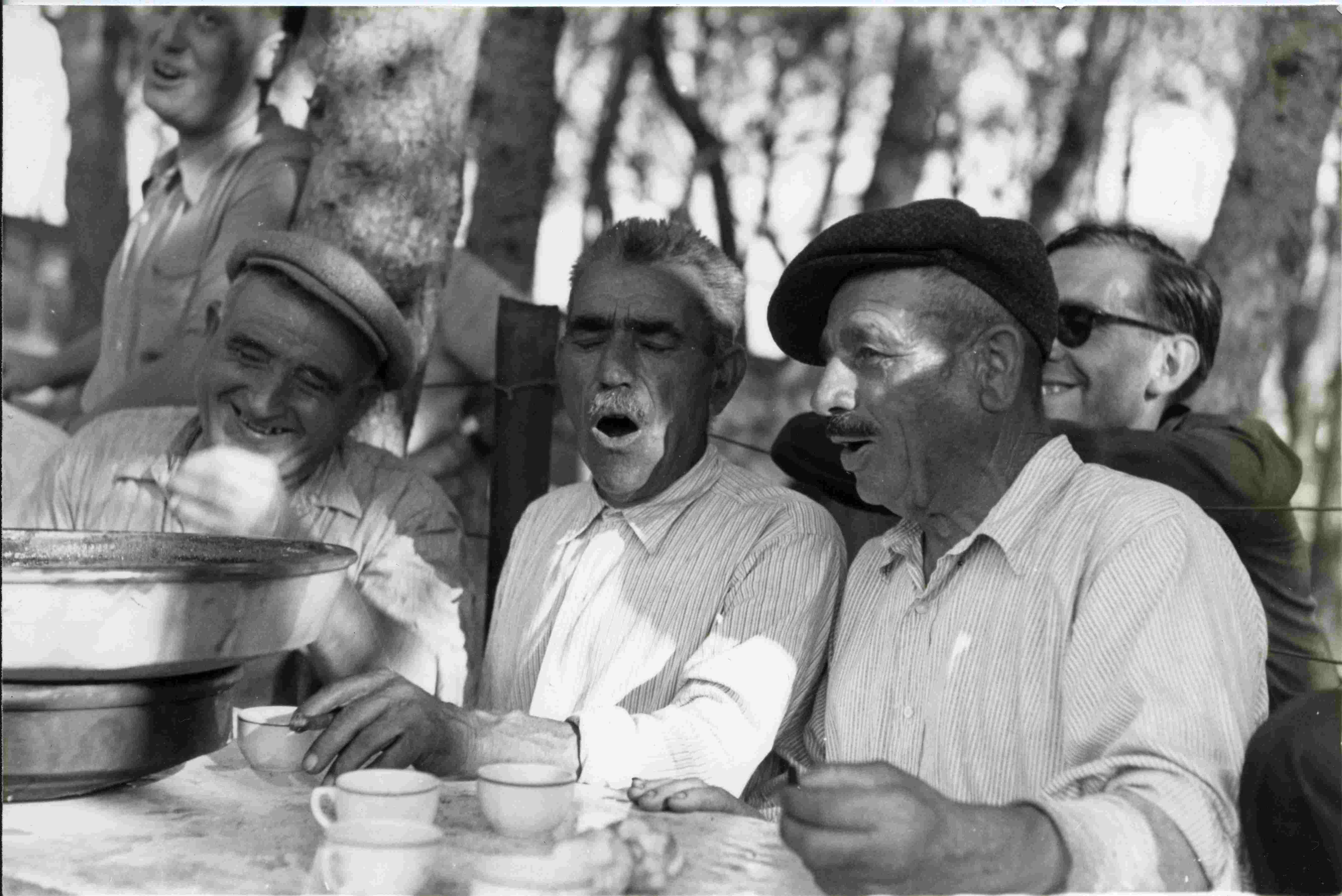 """En Pepet Gilet, en Mèlio Vigorós, """"en blau"""".Havaneres, agost 1944.Aquesta imatge la mateixa cedent la va ingressar el 1999 (I.16/99). Veure BD Imatges negatiu 3500. Atenció hi consta diferent informació, arrossada al Pinell (Llafranc) aproximadament el 1948. Al llibre d'ingressos hi consta arrossada a Calella. I també hi consta d'e/d, segon terme, dret Joan Pericot i assegut amb ulleres de sol, Joan Baca. (En """"Pepet Gilet"""" realment es deia Josep Bofill Pirroig)."""